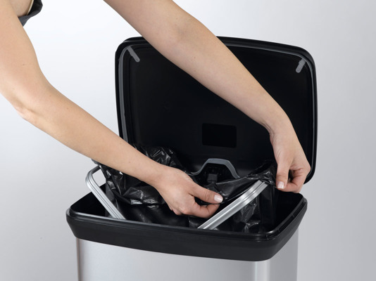 Kosz na śmieci metalizowany CURVER DECOBIN Kitchen czarny 50L